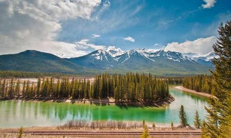 バンフ国立公園、アルバータ カナダのボウ川の風光明媚なビュー 写真素材