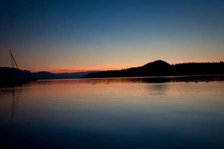 山湖の風光明媚な夕日