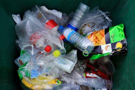 Contenedor de vista superior, basura muchos montón de basura de bolsa y botella de plástico de desecho, plástico de desecho muchos Foto de archivo