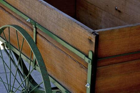 carreta madera: vagones de �poca de madera con ruedas de metal verde