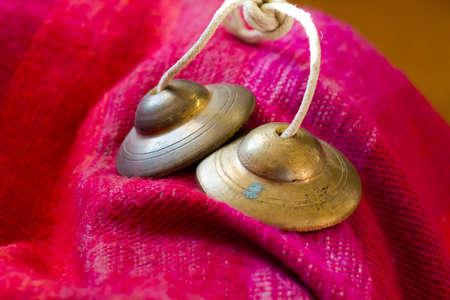Tibetaanse bel tingsha op tafel.