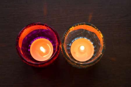 Licht Roze Kaarsen : Roze kaars en lichtblauwe kaars op een tafel royalty vrije foto