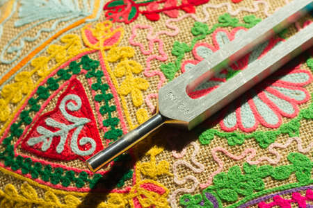 Tuning vork en kristal op tafel. Stockfoto