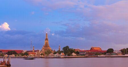 phraya: Tarde de la Chao Phraya Wat Arun, Bangkok, Tailandia Foto de archivo