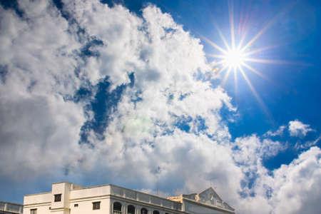 radiacion solar: Hermoso cielo azul con sol y nubes Construyendo la radiaci�n solar sobre