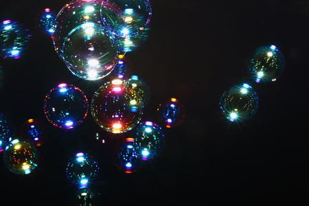 burbujas de jabon: aire colorido borrosa burbujas de las burbujas de jab�n en el fondo.