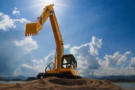 Modèle d'excavatrice avec des arrière-plans de ciel et de lumière du soleil