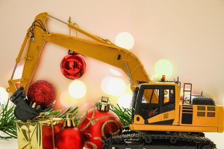 Weihnachtszierde und Bagger Modell, Feiertagsfeierkonzept neues Jahr Standard-Bild - 80677849