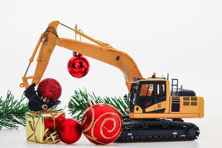 Modello dell'ornamento e dell'escavatore di Natale, nuovo anno di concetto di celebrazione di festa su fondo bianco