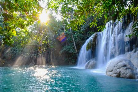 Cascade d'Erawan avec la lumière du soleil le matin, province de Kanchanaburi, Thaïlande.