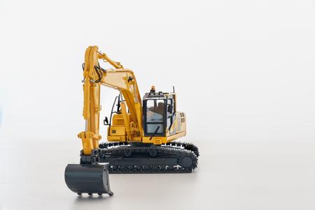 Modello di caricatore dell'escavatore giallo su sfondo bianco