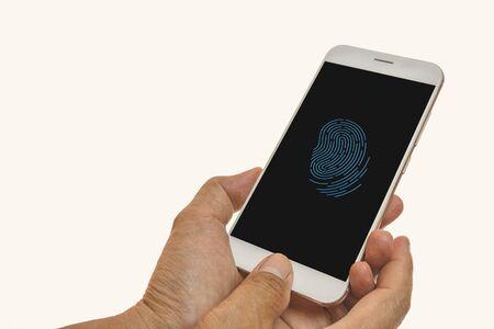 Scansione delle impronte digitali degli uomini su smartphone con bianco