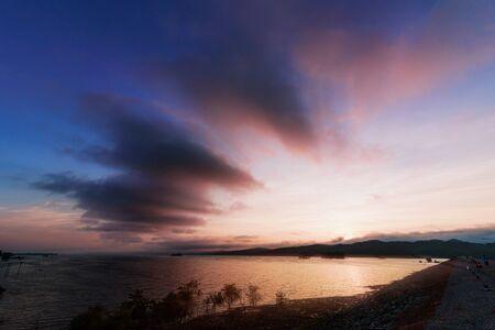 Landschaftslicht des Sonnenaufgangs an der Landschaft über dem Fluss mit Silhouette