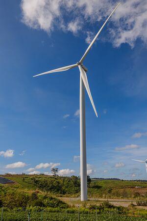 Turbinas eólicas que generan electricidad con fondo de cielo azul, de energía eólica para energía ambiental, limpia