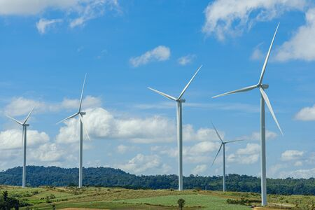 Windturbines die elektriciteit opwekken met een hemelachtergrond, van windenergie voor milieu, schone energie