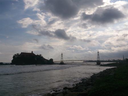 Silhouette view of a bridge leading to a small island Standard-Bild