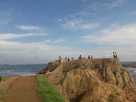 People gathering by a seashore Standard-Bild