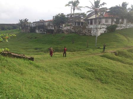 Leute, die in ein Dorf gehen Standard-Bild