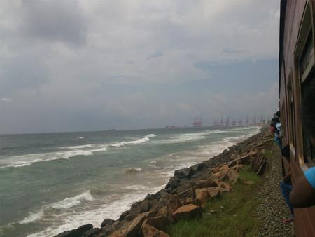 Blick auf das Meer vom Zug Standard-Bild