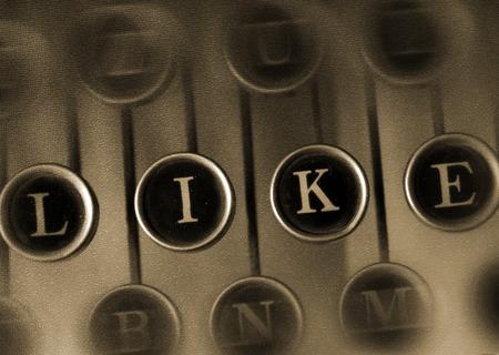the typewriter: palabra como en el teclado de m�quina de escribir vieja m�quina de escribir de la vendimia con la palabra como. redes sociales concepto retro.