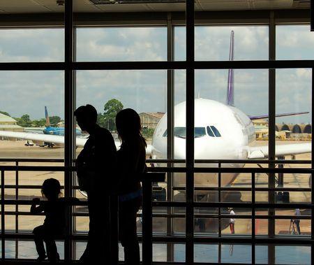 gente aeropuerto: Familia en el aeropuerto  Foto de archivo
