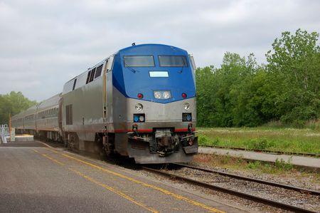 treno espresso: passeggero di un treno in arrivo alla piattaforma di