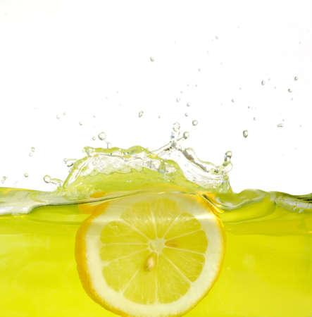 limonada: Imagen de la rodaja de lim�n zumo de caer en
