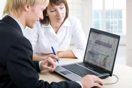 work together: Vertrouwen in mensen uit het bedrijfsleven doing some computer werken samen