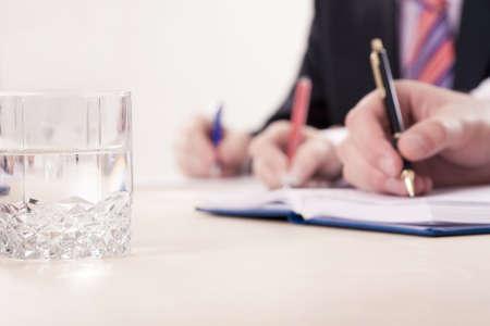 cuadro sinoptico: Manos escrito se�ala, se centra en el vaso con agua