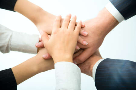 joined hands: Manos por encima de la otra.