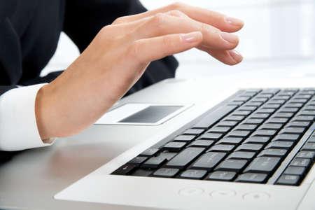 Woman?s mano lavoro sul computer portatile