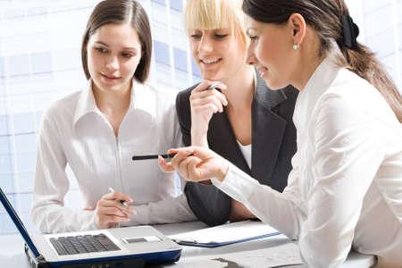 mujeres trabajando: Hablando en una reuni�n de mujeres de negocios Foto de archivo