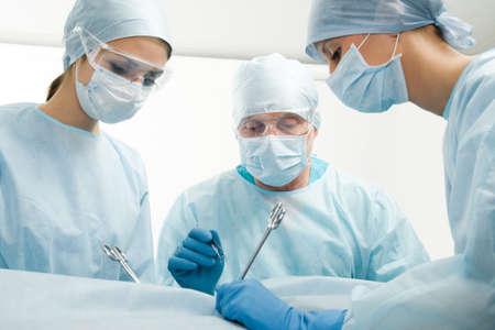 cirujano: Grupo de cirujanos durante su trabajo Foto de archivo