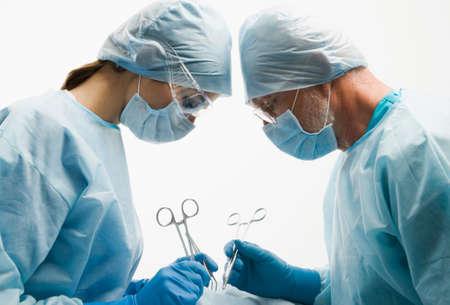quirurgico: Grupo de cirujanos durante su trabajo  Foto de archivo