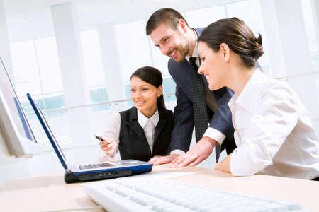 empleados trabajando: J�venes y businessteam con �xito en una Oficina Foto de archivo