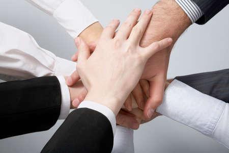 mani unite: Mani sulla parte superiore di ogni altro. Immagine simbolica.   Archivio Fotografico