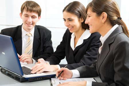 la gente de trabajo: J�venes empresarios trabajar en una Oficina