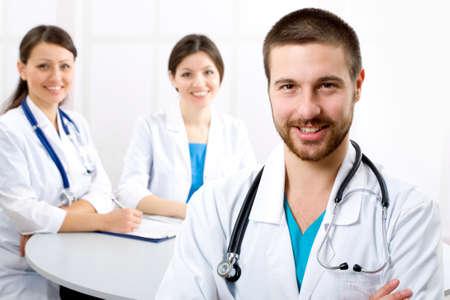male doctor: Il medico giovani di sesso maschile e dei suoi colleghi