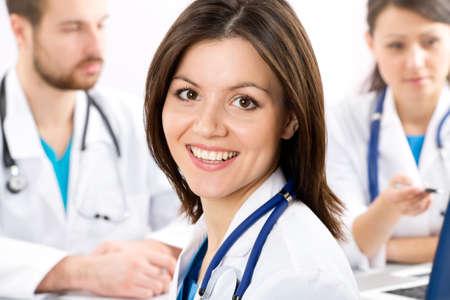 doctora: El joven m�dico femenino y sus colegas Foto de archivo