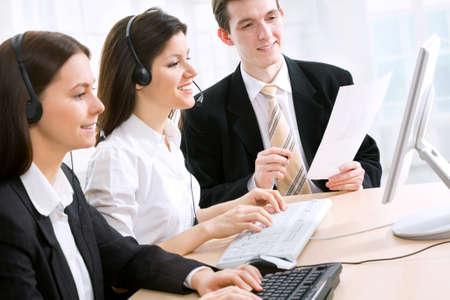 Operadores de teléfono mirando los monitores y trabajando
