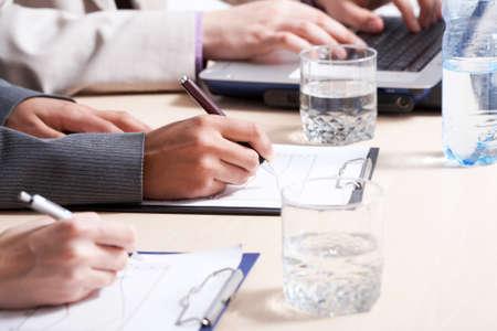 摘要: 特寫雙手使規劃工作的書面檢討