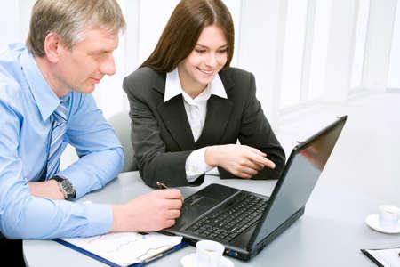 istruzione: Uomini d'affari in un ambiente di ufficio