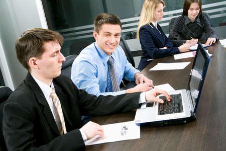 istruzione: Uomini d'affari in un ambiente d'ufficio