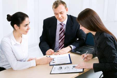 legal document: Hombre de negocios que explican un nuevo proyecto a sus colegas