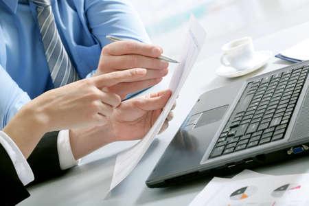 recursos financieros: Primer plano de asociados de negocios entregue documentos discutirlas Foto de archivo