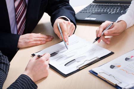 recursos financieros: Close-up de socios de negocios las manos sobre los papeles en discusiones que Foto de archivo