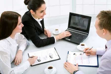 legal document: Gente de negocios en la Oficina con un ordenador port�til