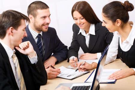 gente comunicandose: Empresarios en una reuni�n de trabajo en la Oficina Foto de archivo