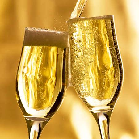 brindis champan: Par de champ�n flautas haciendo un brindis.