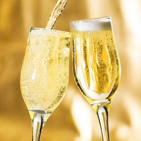 brindisi champagne: Coppia di flauti champagne fare un brindisi.